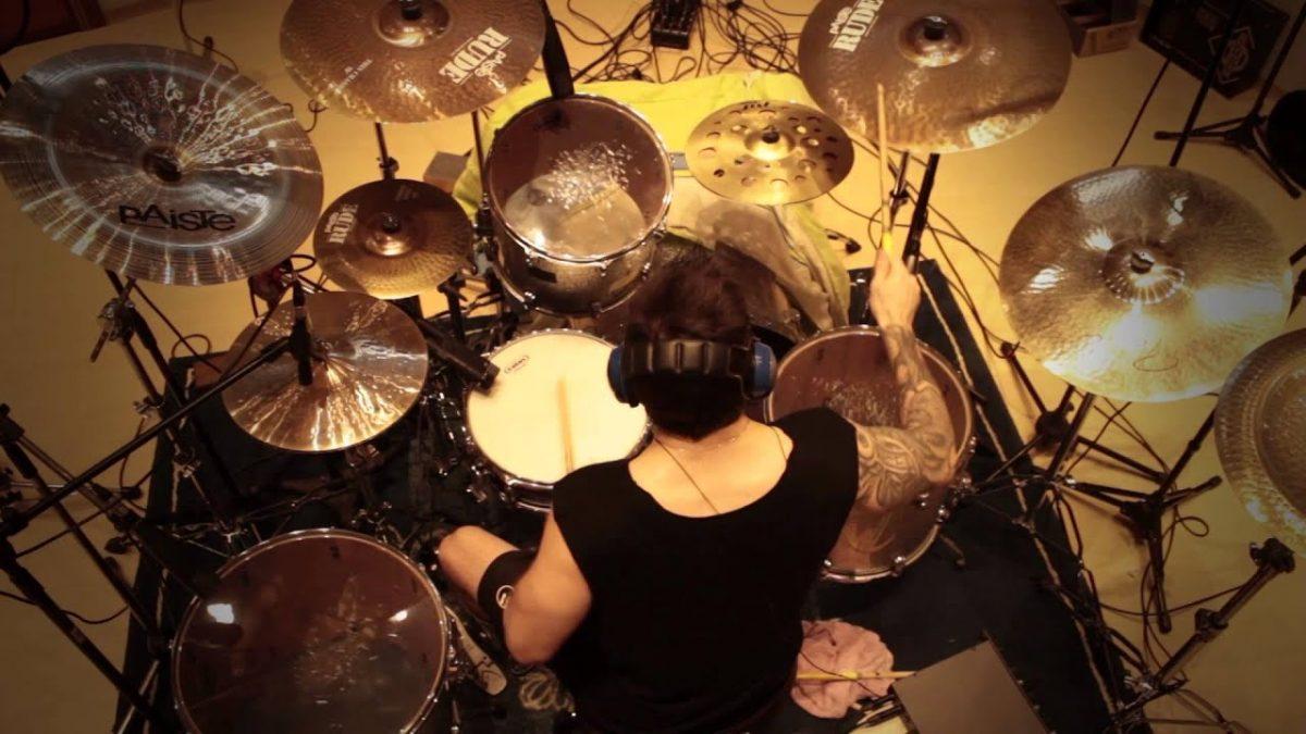 Regardez le batteur de Sepultura dévaster son kit en jouant du Avenged Sevenfold !