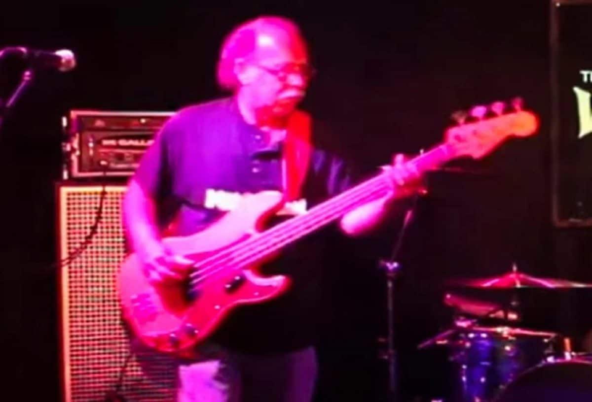 Le bassiste originel de Van Halen, Mark Stone, meurt des suites de son combat contre le cancer