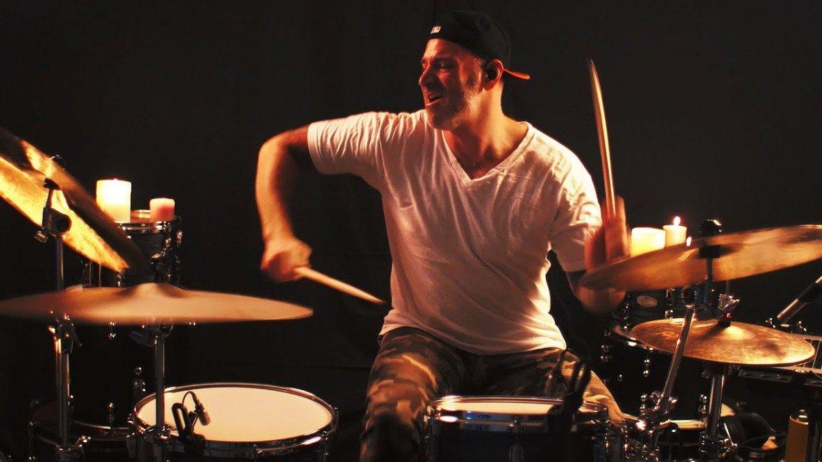 Regardez Matt Halpern de Periperhy jouer le nouveau single de King Mothership à la batterie !