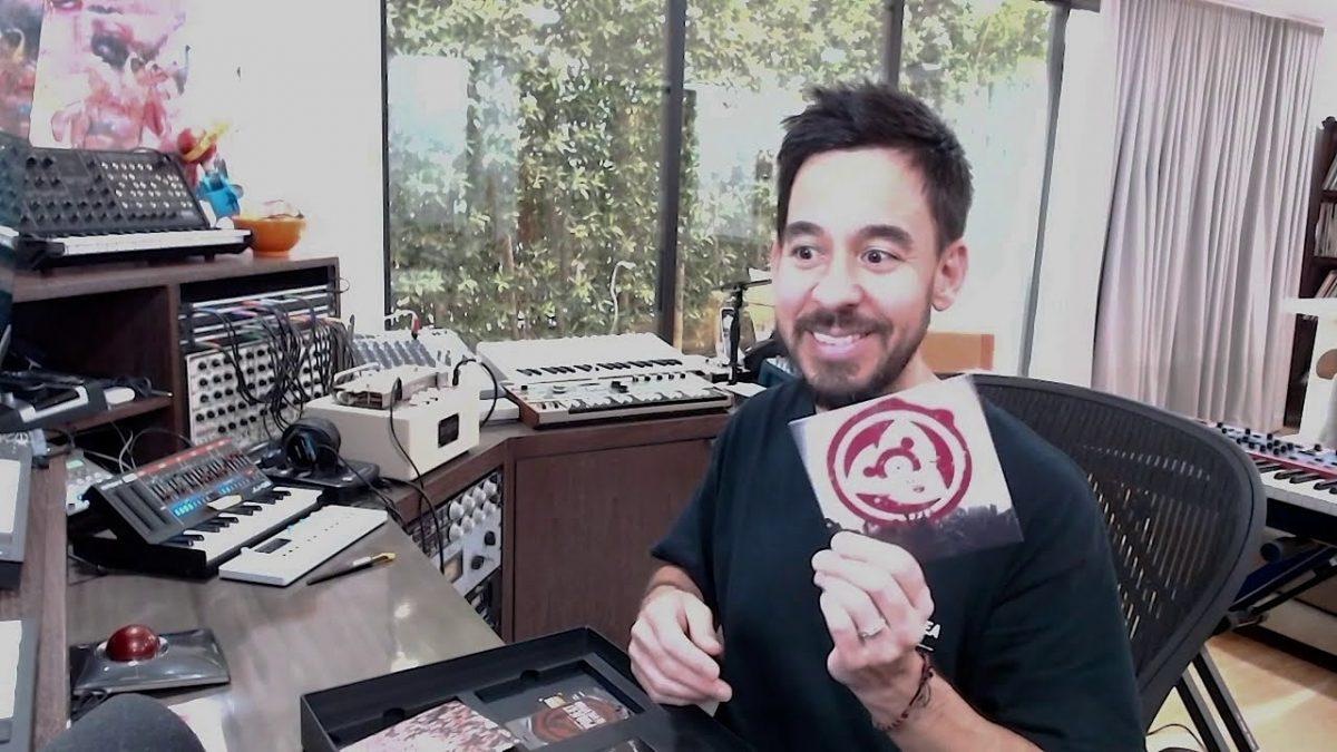 Regardez Mike Shinoda de Linkin Park déballer le nouveau coffret super deluxe de Hybrid Theory