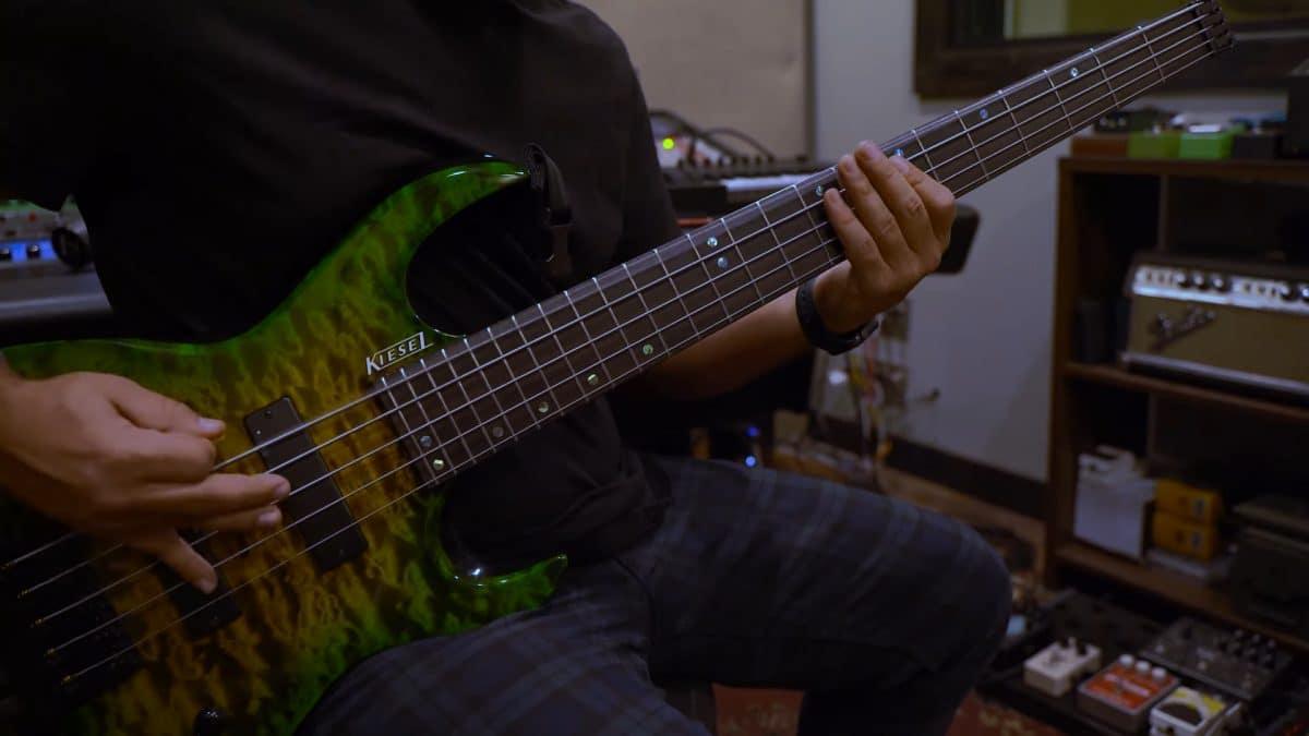 Regardez le bassiste de Volumes jouer Pixelate !