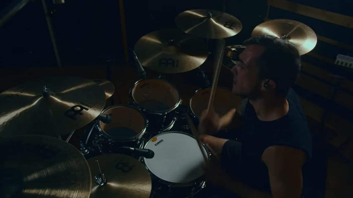 Regardez le batteur de Intervals jouer le nouveau single du groupe 5-HTP