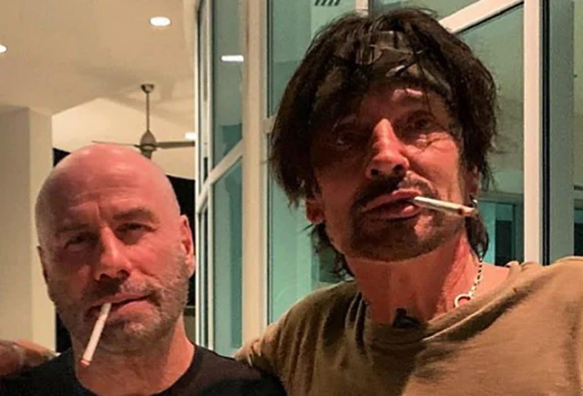 """Tommy Lee de Mötley Crüe sur John Travolta : """"C'est probablement l'homme le plus gentil que j'ai jamais rencontré, honnêtement"""""""