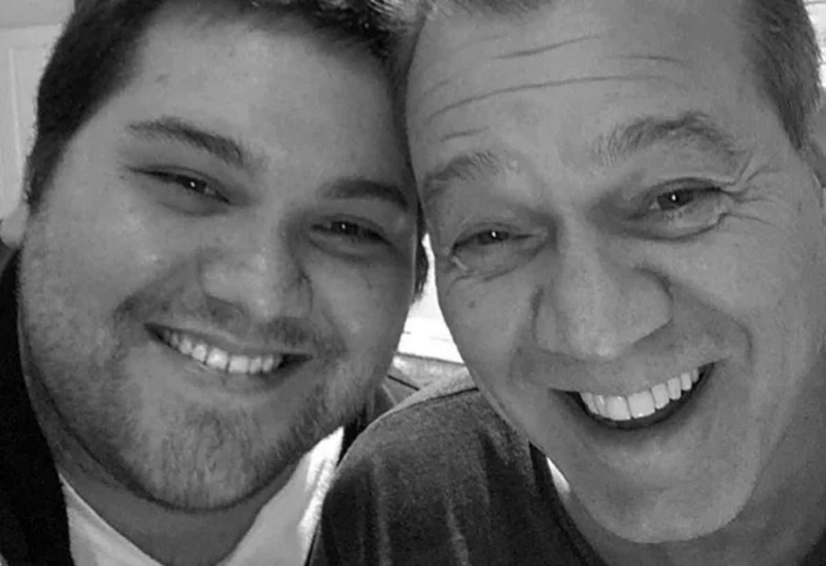 """Wolfgang Van Halen revient sur la mort de son père Eddie Van Halen un mois plus tard : """"C'est vraiment dur de vivre sans toi"""""""