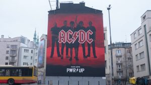 AC/DC : Regardez la gigantesque fresque Power Up peinte à Varsovie, en Pologne