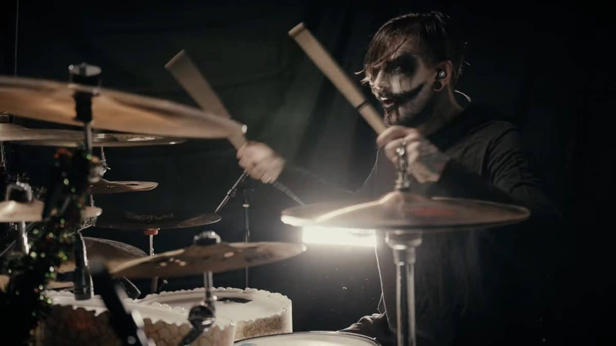 Regardez le batteur de Ice Nine Kills jouer Merry Axe-Mas !