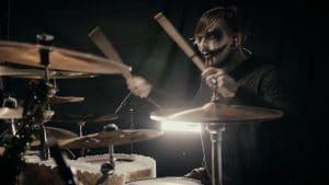 Regardez le batteur de Ice Nine Kills jouer Merry Axe-Mas !