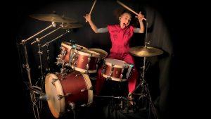 Regardez Nandi Bushell, la jeune prodige de la musique, jouer Unsainted de Slipknot !