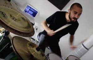 Regardez le batteur de Vola jouer Head Mounted Sideways !