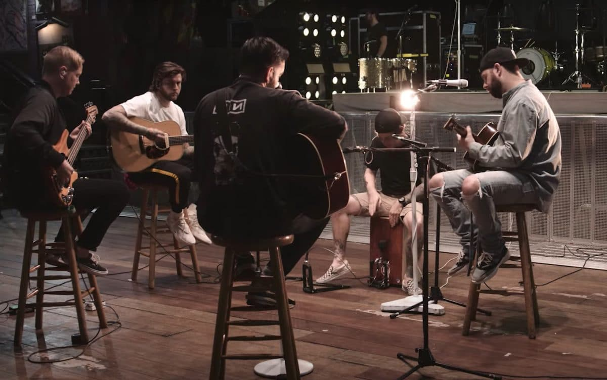 Regardez A Day To Remember jouer une version acoustique de Degenerates