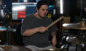 Regardez le batteur de Spiritbox, Zev Rose, jouer Holy Roller avec précision et énergie !