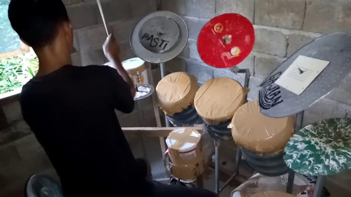 Un batteur indonésien joue du Dream Theater sur une batterie faite maison ; Mike Portnoy lui achète un nouveau kit