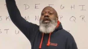 Un professeur d'école chante l'alphabet sur une chanson de Korn, et fait exploser l'Internet