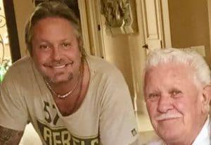 """Vince Neil de Mötley Crüe pleure la mort de son père : """"Nous avons perdu un bel homme hier soir"""""""