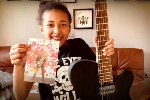 Matt Bellamy de Muse offre une guitare à Nandi Bushell !