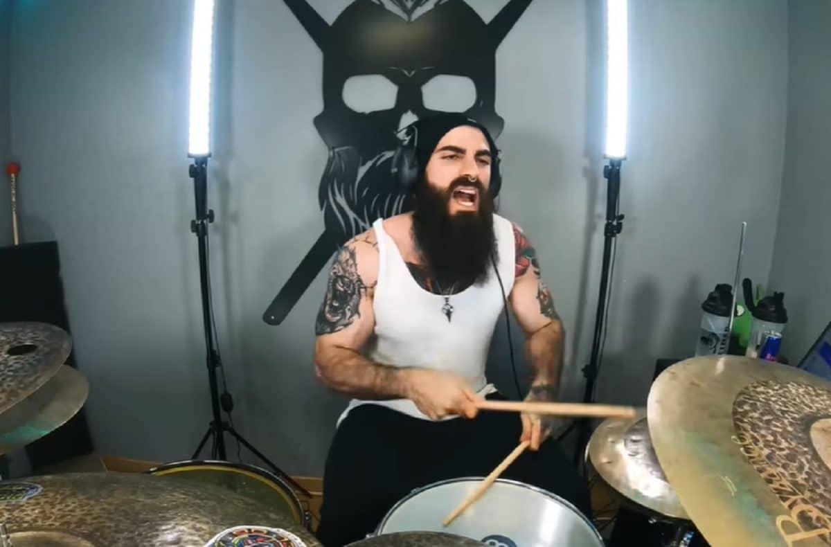 Ce batteur déchire ; regardez-le jouer du System Of A Down !