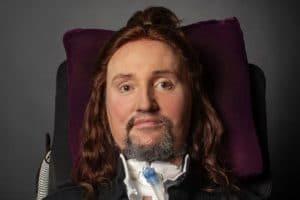 """Le guitariste Jason Becker, qui souffre de la SLA, """"a le souffle court et le cœur qui bat vite"""" : """"Jason demande vos prières"""""""