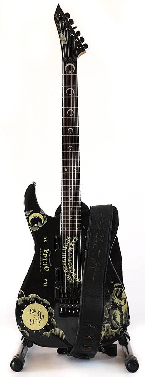 Kirk Hammett de Metallica met aux enchères sa mythique guitare ESP Ouija !
