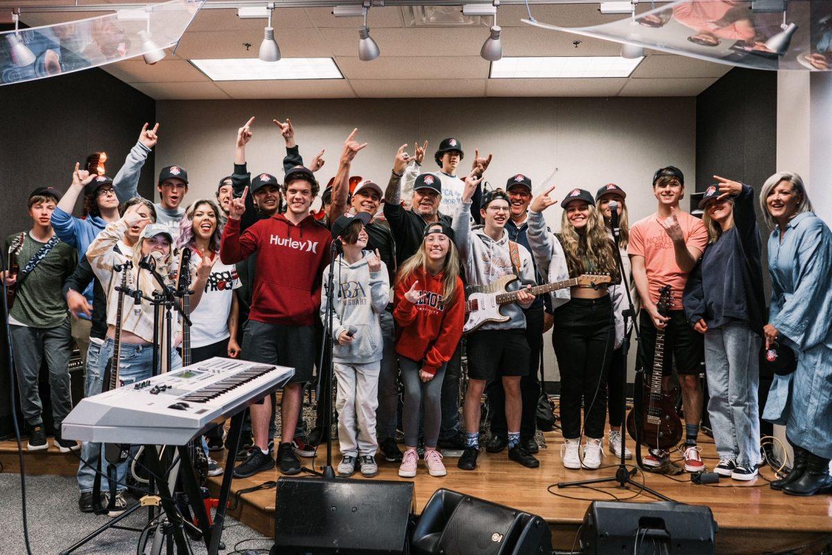 Vince Neil de Mötley Crüe surprend les élèves de la School Of Rock à Franklin, dans le Tennessee !