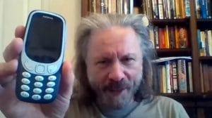 """Bruce Dickinson de Iron Maiden a enfin un smartphone : """"Ma vie va être nulle à partir de maintenant, je vais la vivre par procuration"""""""