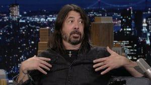 Dave Grohl (Foo Fighters) co-anime le Tonight Show et dit avoir surpris sa mère en train de boire des bières avec Green Day !