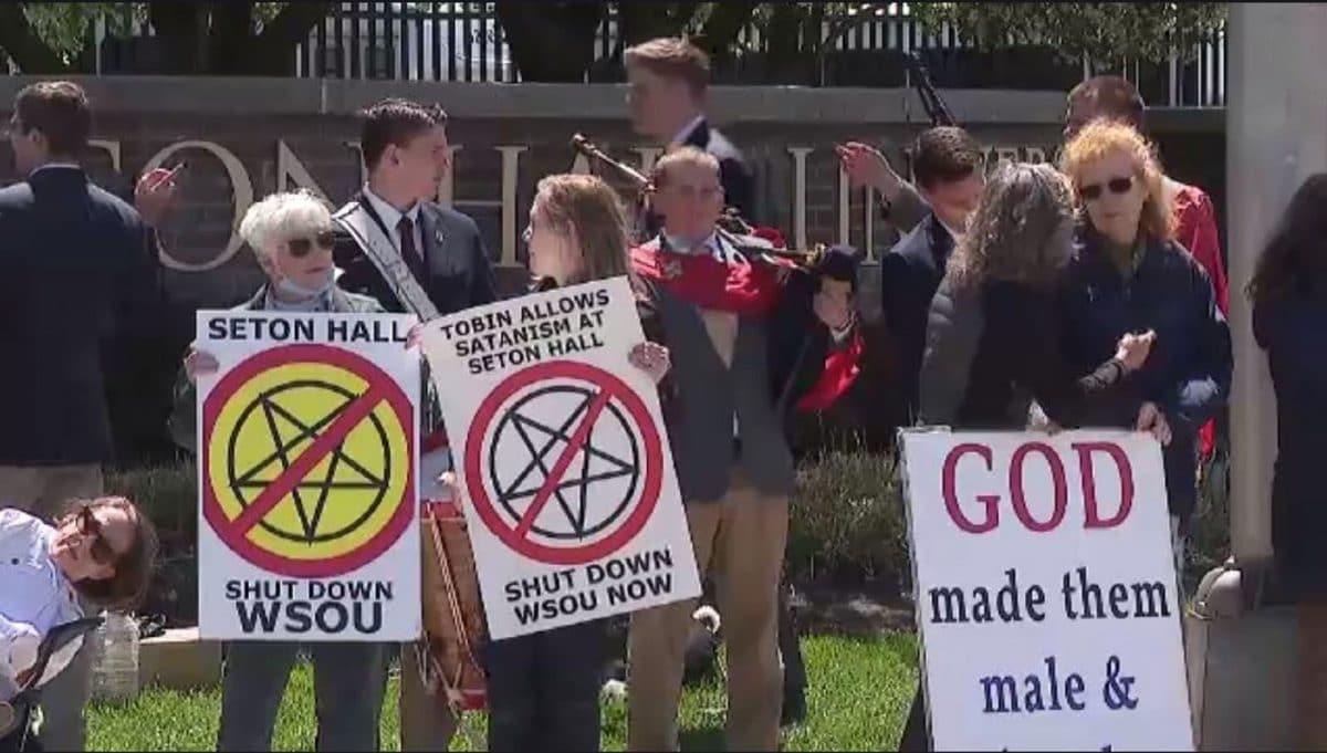 """Des groupes catholiques tentent de faire fermer une station de radio Metal universitaire """"satanique"""""""