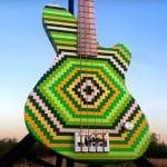 Cette guitare basse démente est faite de 2 000 briques Lego