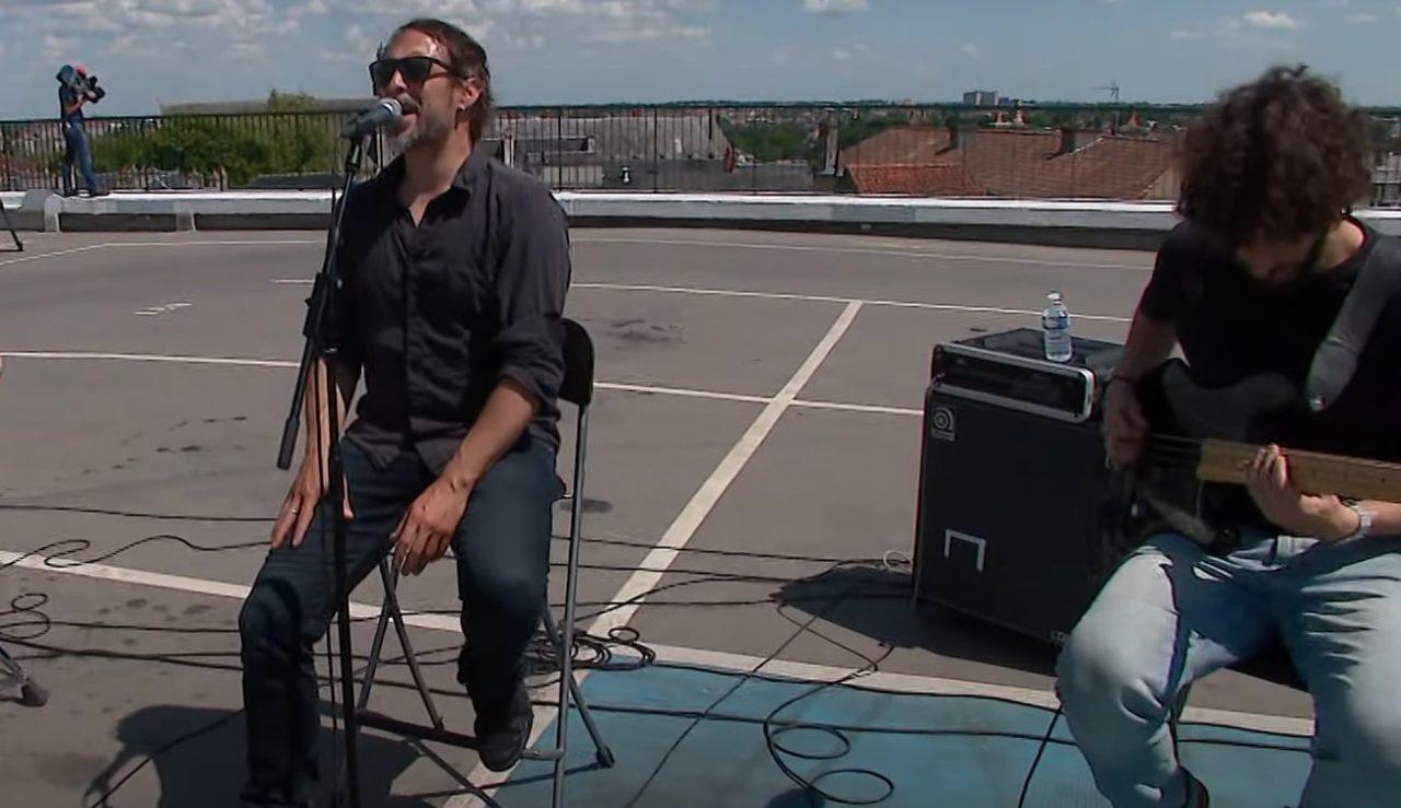Regardez Klone jouer Keystone en acoustique sur le toit d'un parking à Poitiers