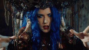 Alissa White-Gluz (Arch Enemy) rejoint Powerwolf dans le nouveau clip vidéo pour Demons Are A Girl's Best Friend