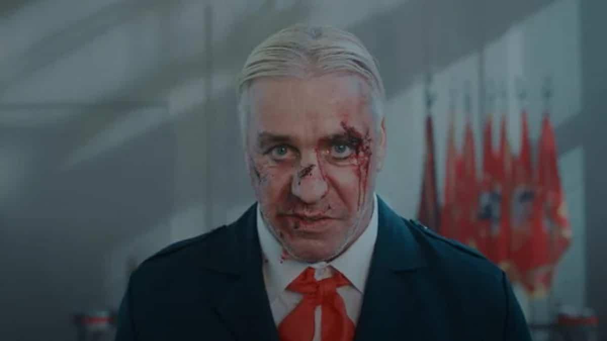 """Till Lindemann (Rammstein) publie une vidéo déjantée pour Ich Hasse Kinder (""""Je déteste les enfants"""")"""