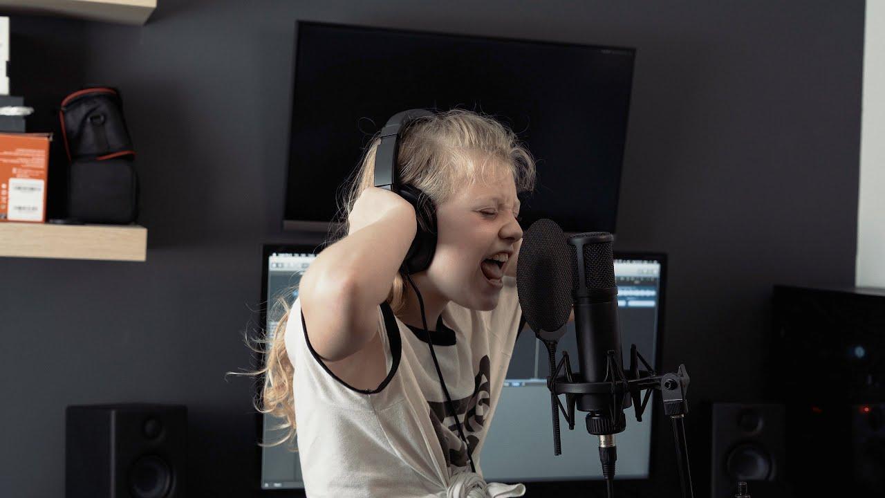 Une métalleuse de 9 ans hurle à pleins poumons sur une chanson de Spiritbox