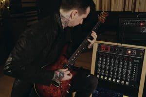 Regardez Jason Richardson collaborer avec Luke Holland sur une excellente reprise de Laid To Rest de Lamb Of God !