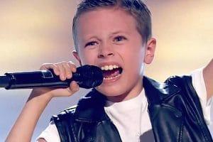 AC/DC : Regardez ce garçon de 8 ans chanter Back In Black à The Voice Kids en Espagne (il est de retour !)