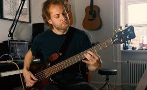 Regardez le bassiste Vola jouer Napalm !