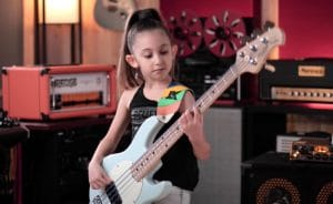 Rush : Regardez cette enfant de 9 ans jouer à la perfection la partie de basse de Tom Sawyer