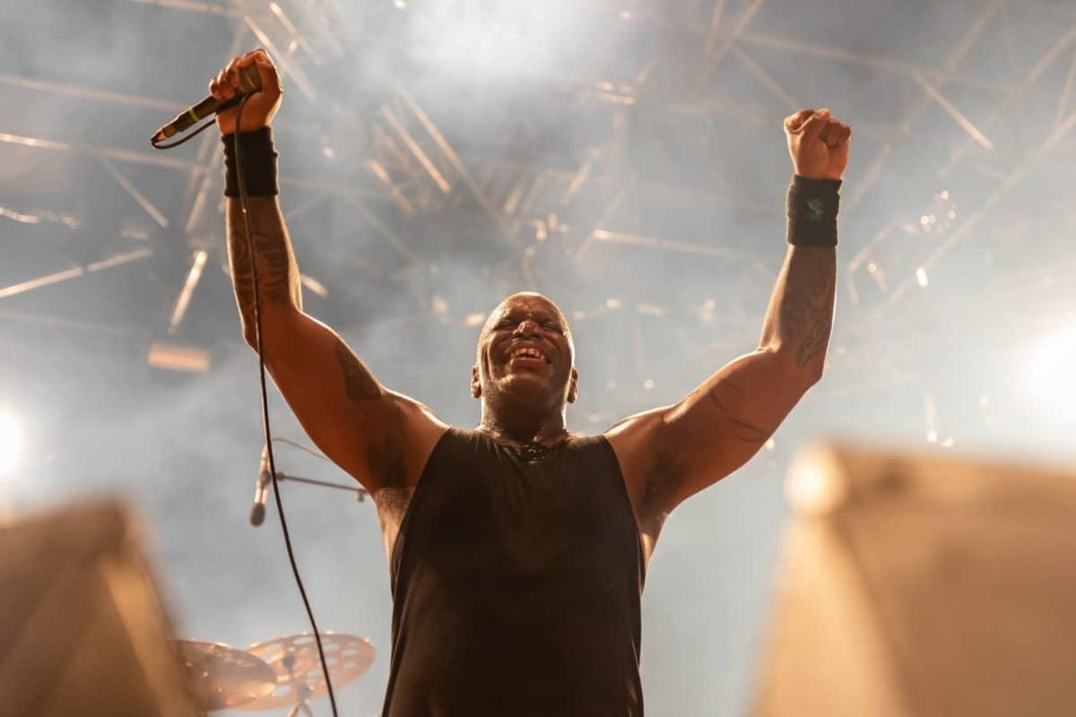 """Derrick Green, de Sepultura, à propos de la scène Metal : """"Une grande partie du problème ne concerne donc pas seulement les drogues mais aussi la nourriture"""""""