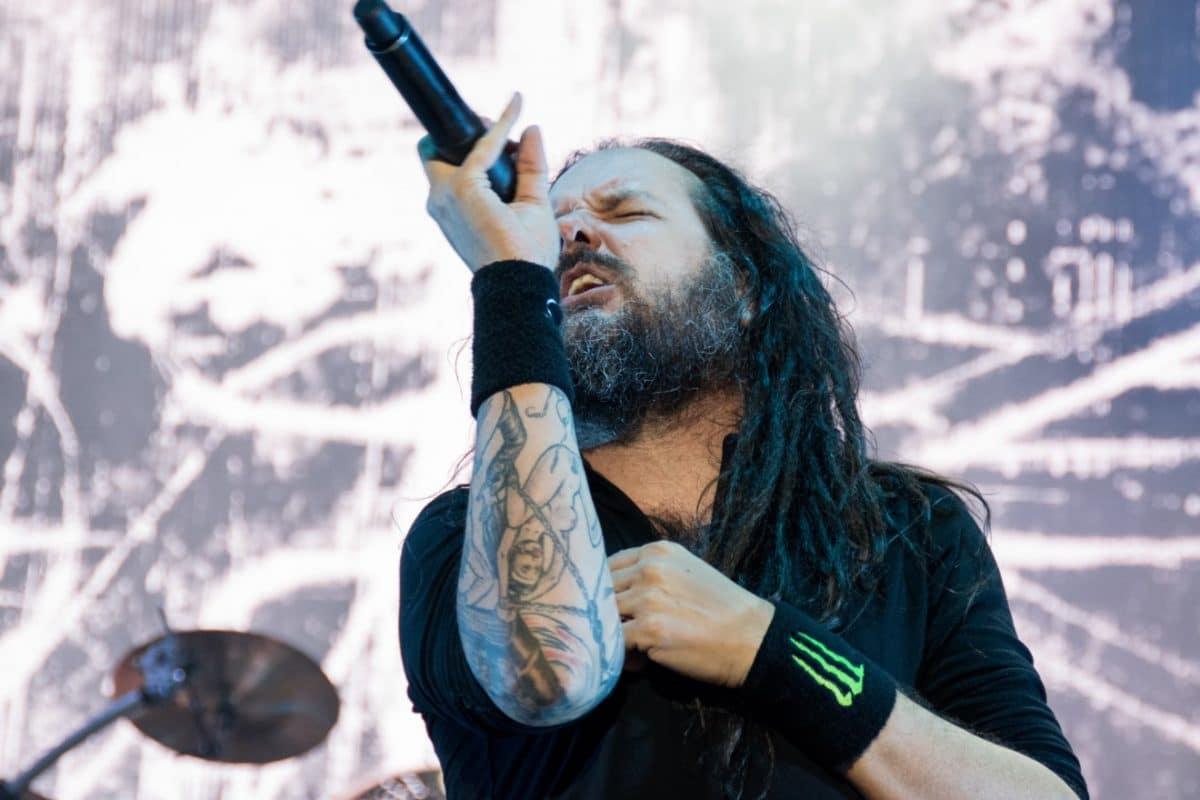 Korn : Jonathan Davis monte sur scène alors qu'il continue à lutter contre les séquelles de la Covid-19