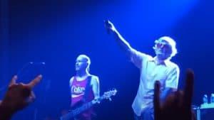 Limp Bizkit et le public rendent hommage à Joey Jordison lors d'un concert !
