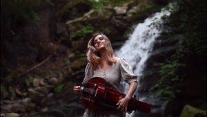 Michalina Malisz de Eluveitie reprend le titre Promentory extrait du film Le Dernier des Mohicans à la vielle à roue !