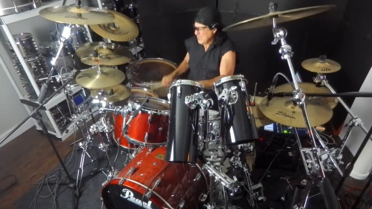 Dream Theater : Regardez Mike Mangini interpréter avec force le nouveau single, The Alien, à la batterie !