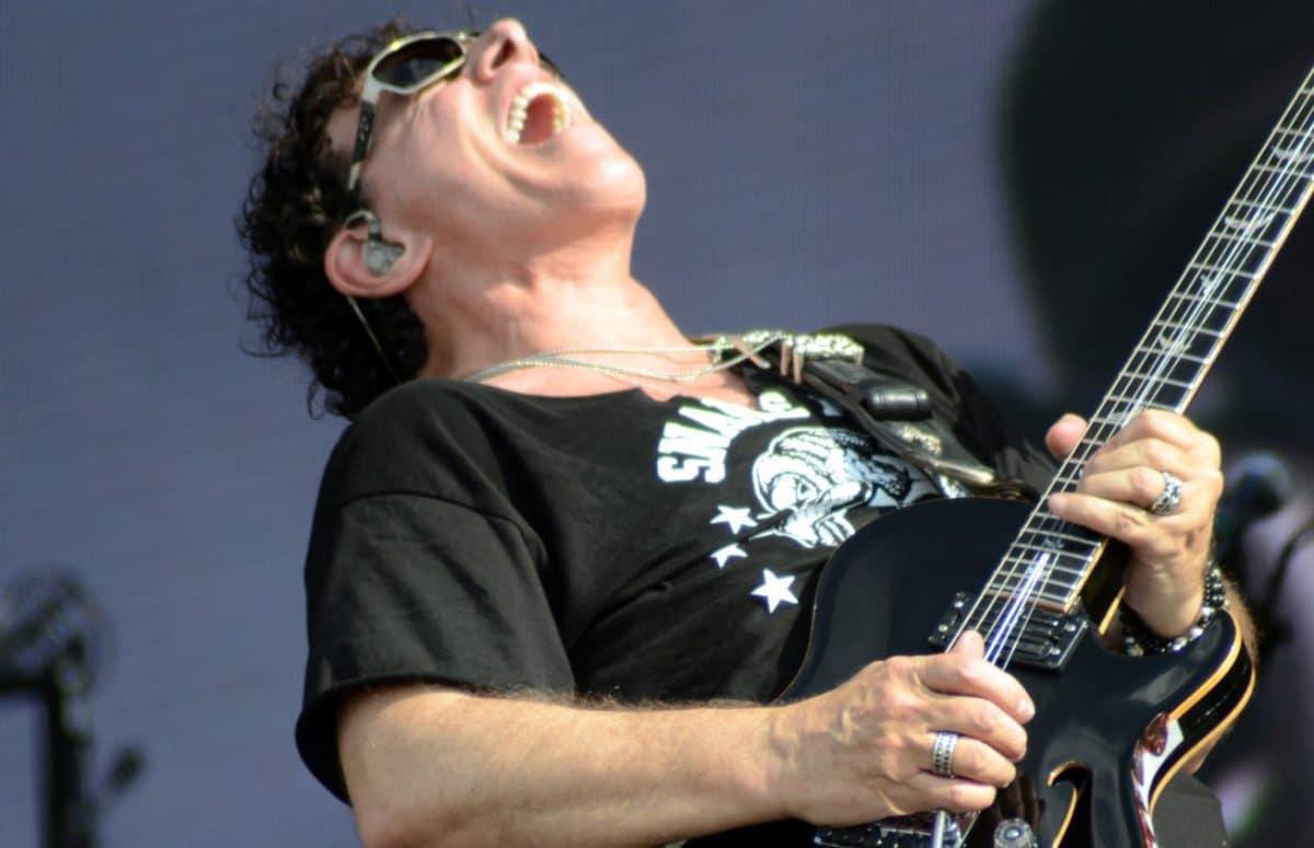 Neal Schon, le guitariste de Journey, raconte son expérience avec Carlos Santana dans son groupe, à l'âge de 15 ans !