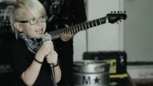 Un garçon de 6 ans à la tête d'un groupe d'enfants et d'adolescents reprend la chanson Here To Stay de Korn !