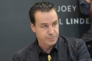 """Till Lindemann, chanteur de Rammstein, est attaqué par un musée russe pour sa vente """"non autorisée"""" de NFT"""