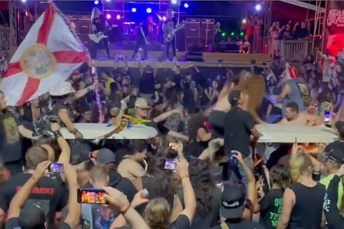 Un circle pit avec des voiturettes de golf pendant un concert du groupe de Metal Exodus