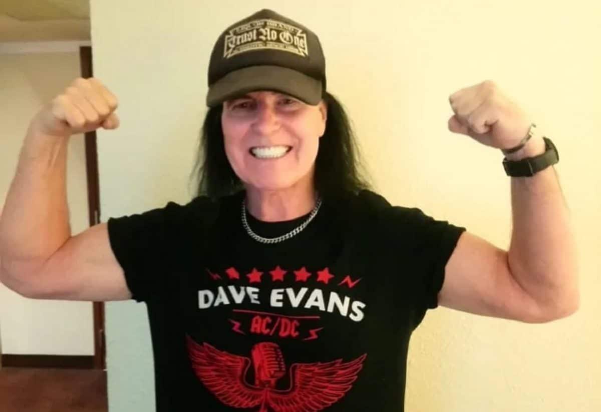 """Dave Evans dit que Bon Scott était """"rincé"""" quand il a rejoint AC/DC mais qu'il a """"fait un excellent travail"""" en tant que chanteur du groupe"""