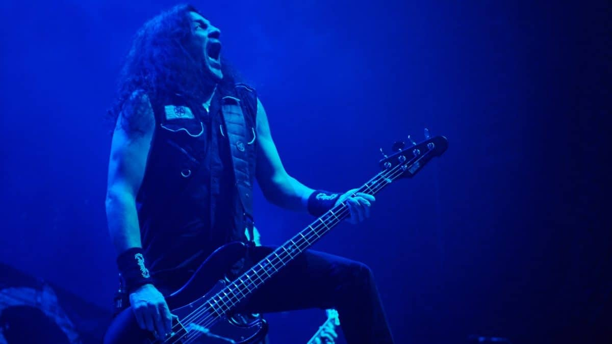 Iron Maiden : Regardez Frank Bello de Anthrax jouer The Number Of The Beast sur la Steve Harris Fender Precision
