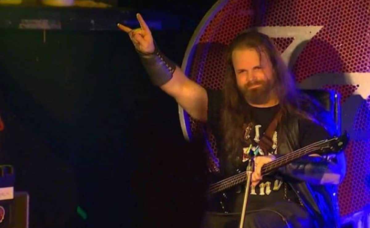 Dave Grohl prête son trône au bassiste de Metal qui a empêché une fusillade de masse lors d'un concert