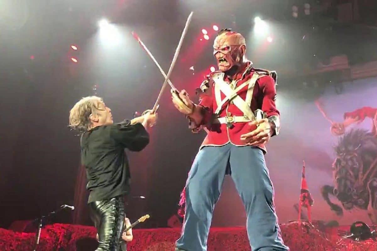 Bruce Dickinson, le chanteur de Iron Maiden, veut se battre au sabre laser avec Eddie sur scène